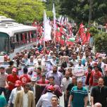 الشعبية في غزة تنظم مسيرة جماهيرية حاشدة دعماً وإسناداً للأسرى ورفضاً لزيارة المجرم ترامب