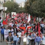 الشعبية في القطاع تنظم مسيرة جماهيرية حاشدة شارك بها الآلاف إسناداً للأسرى المضربين عن الطعام