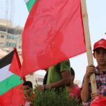 الشعبية بالقطاع تنظم اعتصاماً جماهيرياً ومسيرة حاشدة احتجاجاً على قرارات الوكالة الأخيرة