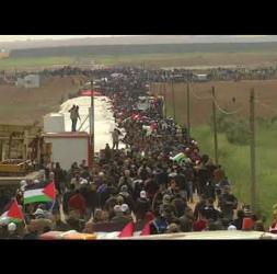 آلاف الفلسطينيين يزحفون نحو أراضيهم المحتلة خلال مسيرة العودة الكبرى